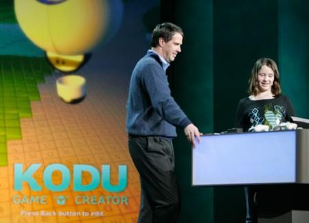 Robbie Bach junto a Sparrow mostrando Kodu