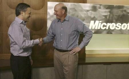 Yammer CEO David Sacks (L) y Microsoft CEO Steve Ballme (R)
