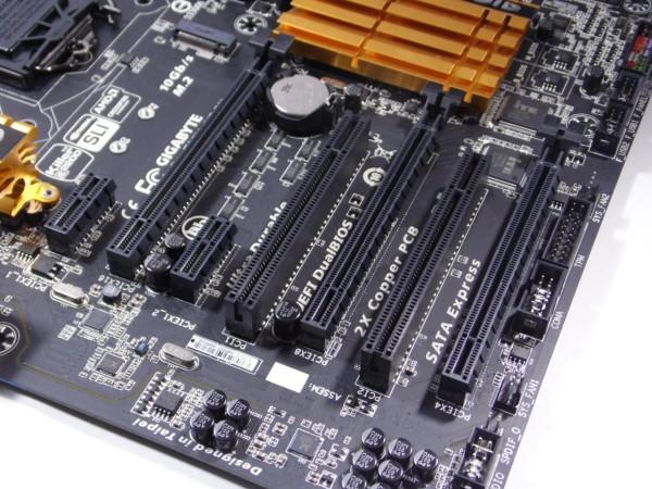 En el área de slot de expansión, la Gigabyte GA-Z97X-UD5H cuenta con soporte multi-GPU tanto para CrossFire como para SLI, dando como configuraciones, 1x PCI-E x16, 2x PCI-E x8 – x8, 3x PCI-E x8 – x8 – x4, esta última configuración solo para CrossFire, ya que para NVIDIA solo acepta configuración 2-Way SLI. 2 ranuras PCI-Express x1 acompañara las ya mencionadas ranuras, además de 2 ranuras PCI, ranuras que prontamente desaparecerán.