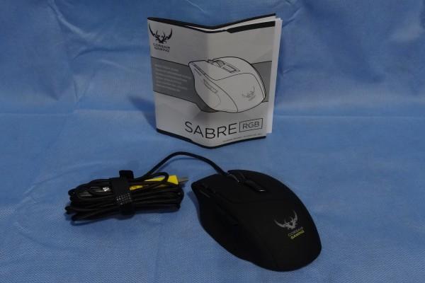 En el interior encontramos un manual de usuario y luego de algunas maniobras y paciencia se puede retirar el mouse y su cable de la caja. El sofftware y drivers del mouse deben ser descargados desde la página de Corsair.