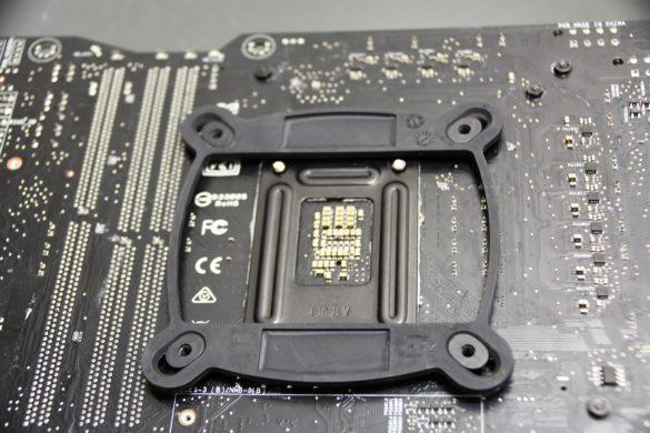 Ubicar el backplate en los orificios del socket LGA-115x