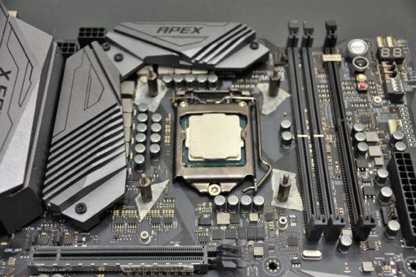 Por el otro lado de la placa madre apernar los tornillos para Intel LGA-115x